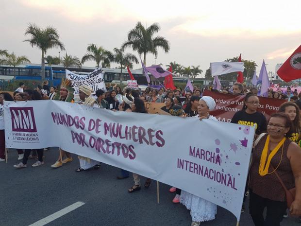 Mulheres do mundo todo ocupam as ruas de Florianópolis