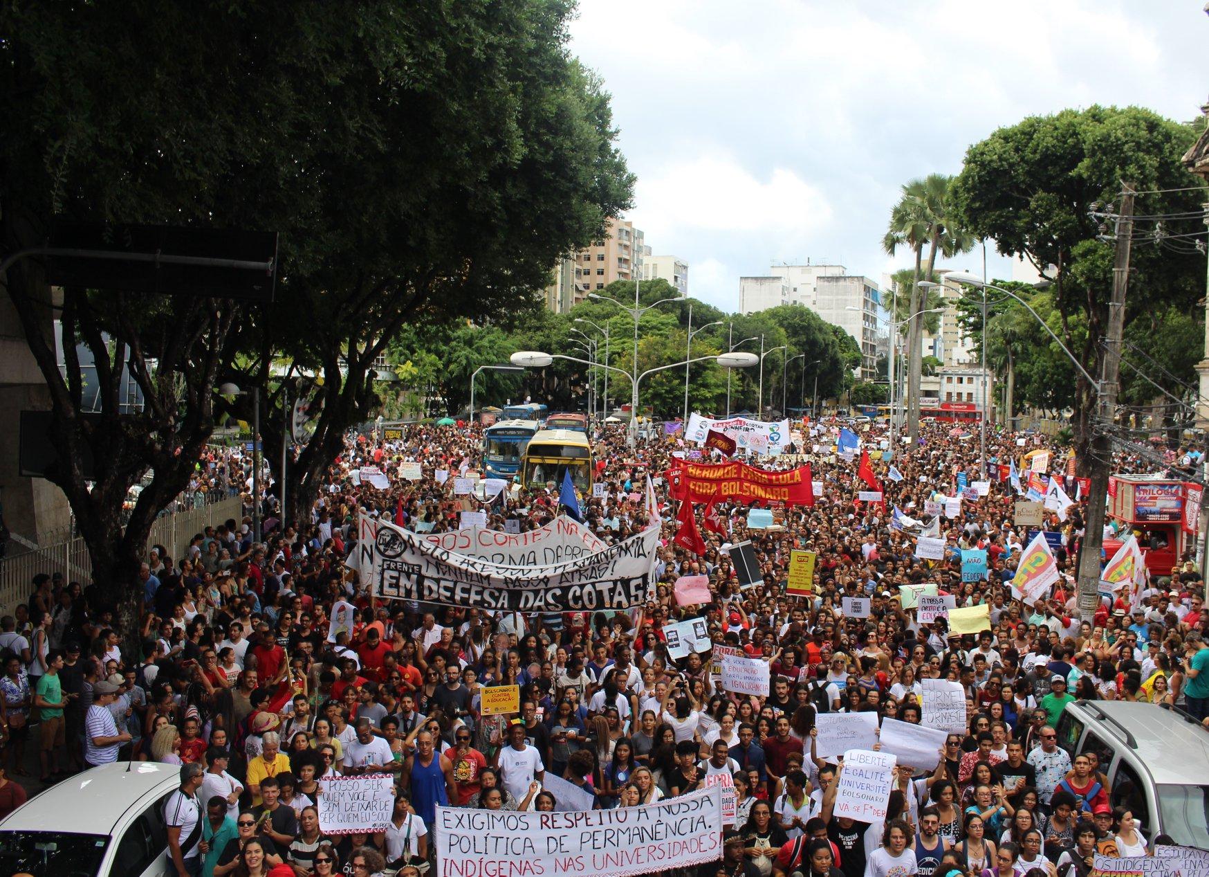 Mais de 1 milhão de pessoas participam de mobilizações em defesa da educação