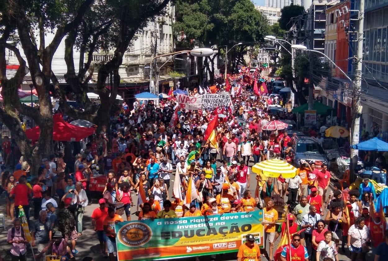Milhares vão às ruas em todos os estados em defesa da Educação e da Previdência